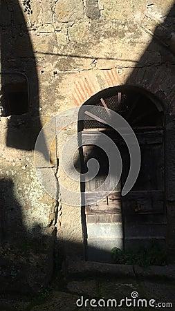 Puerta del vintage de Acient y sombra de baile Arte e historia metrajes