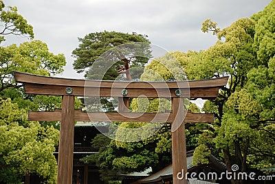 Puerta magnífica de la capilla en el templo de Meiji Jingu, Tokio