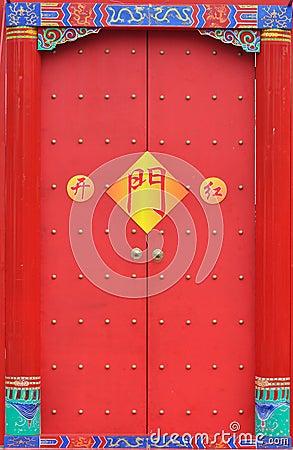 Puerta roja tradicional china