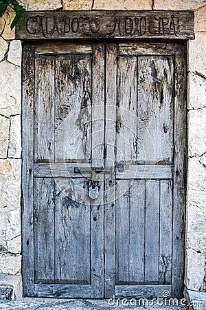 Puertas coloniales viejas de la hacienda mexicana foto de for Puertas coloniales antiguas