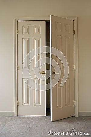 Puertas del armario de la apertura