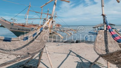 Puerto Princessa, Filippinerna Februari 30, 2019: Traditionell philippines tr?fishboat aground p? sandig kust p? lager videofilmer