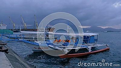 Puerto Princessa, Filippinerna - Januari 29, 2019: Traditionellt filippinskt touristic fartyg på solnedgångtid Puerto Princessa lager videofilmer
