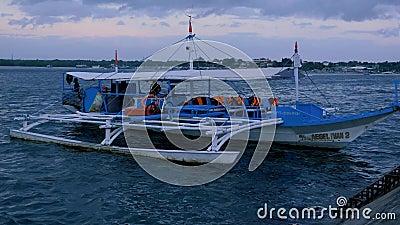 Puerto Princessa, Filippinerna - Januari 29, 2019: Traditionellt filippinskt touristic fartyg på solnedgångtid Puerto Princessa arkivfilmer