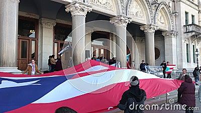Puerto Rico People y partidarios recolectados para aumentar la demanda para más ayuda en el edificio de la Capital del Estado de  almacen de video