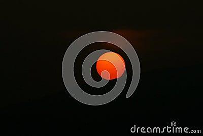 Puesta del sol anaranjada del humo de Sun