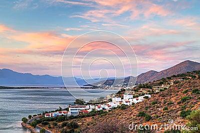 Puesta del sol asombrosa en la bahía de Mirabello en Crete