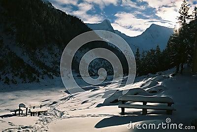 Puesta del sol de la montaña