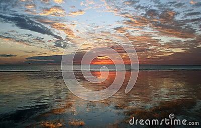 Puesta del sol de la reflexión, playa del cable, Broome,