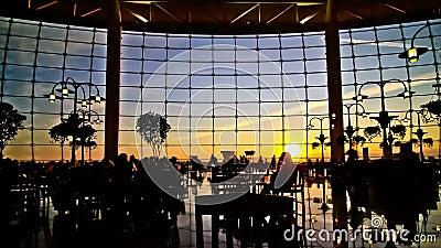 Puesta del sol de la silueta de la gente del lapso de tiempo de los viajeros del aeropuerto almacen de metraje de vídeo