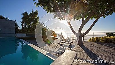 Puesta del sol de Timelapse en la cubierta 4K de la piscina