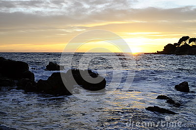 Puesta del sol en el mar en riviera francesa, Francia