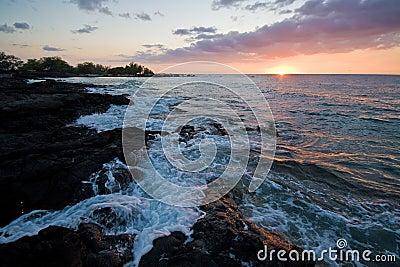 Puesta del sol en la isla grande de Hawaii