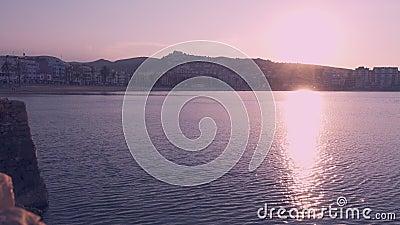 Puesta del sol en la playa en la hora de oro Peniscola, España almacen de video