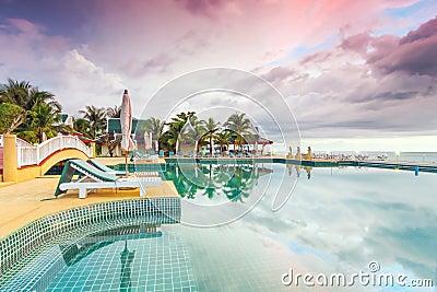 Puesta del sol idílica el días de fiesta en Tailandia