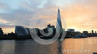 Puesta del sol moderna del paisaje urbano de Londres metrajes
