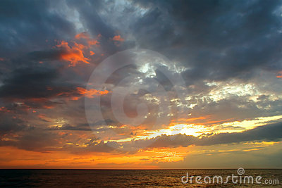 Puesta del sol romántica sobre el océano