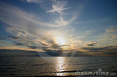 Puesta del sol sobre el mar