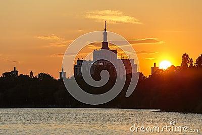 Puesta del sol sobre la casa de la prensa libre, Bucarest Imagen de archivo editorial