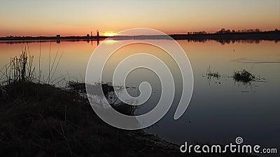 Puesta del sol sobre un lago almacen de metraje de vídeo