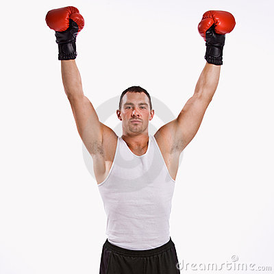 Pugile con le braccia alzate