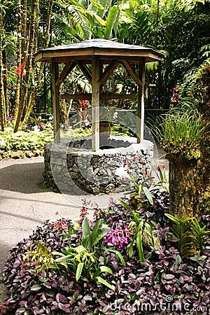 Puits d 39 eau dans un jardin images stock image 32982454 for Puits decoratif jardin