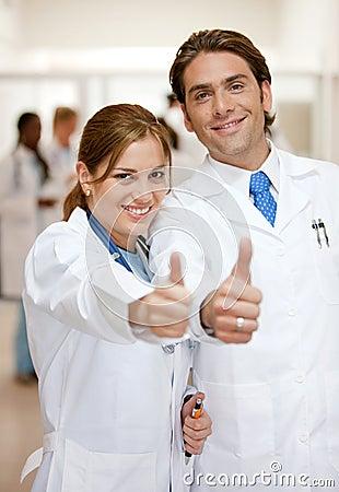 Pulgares de los doctores para arriba