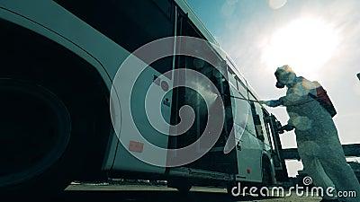 Pulizia chimica di un autobus effettuata da un esperto di disinfezione stock footage