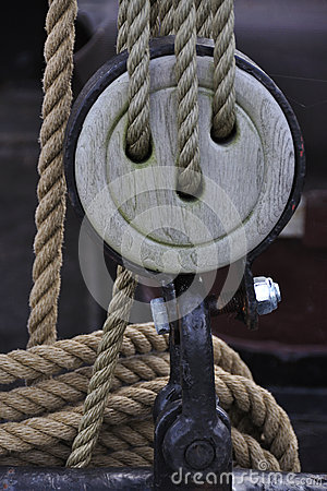 Free Pulley With Ecru Rope Royalty Free Stock Images - 34572329