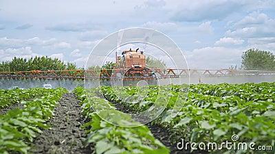 Pulvérisation de pesticide d'engrais d'agriculture Usines de fertilisation Agriculture de ferme banque de vidéos