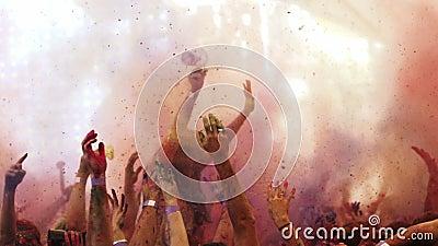 Pulver wird am holi Farbfestival in der Zeitlupe geworfen