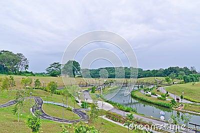 γέφυρα πέρα από την υδάτινη οδό Σινγκαπούρης punggol