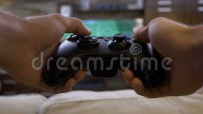 Punkt widzenia młodego człowieka marnowania czas bawić się futbol na wideo gry konsoli w domu - zbiory wideo