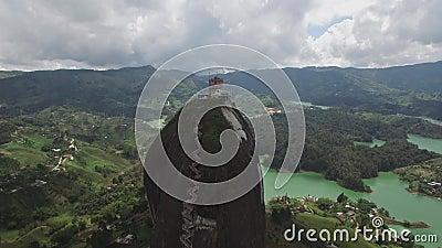 Punto di vista indietro aereo del fuco di La Piedra del Peñol in Colombia stock footage