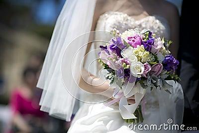 Purpurfärgad bukett för vittappningbröllop