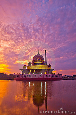 Free Putra Mosque And Reflection Stock Photo - 20905480