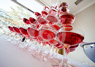 http://thumbs.dreamstime.com/x/pyramid-pink-champagne-close-up-35320258.jpg