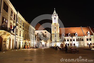 Quadrado principal em Bratislava (Eslováquia) na noite Foto Editorial