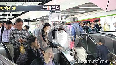 Quadratische U-Bahn der Leute in Shanghai stock video