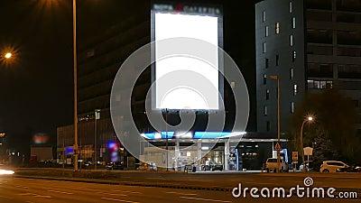 Quadro de avisos grande na estrada na noite vídeos de arquivo