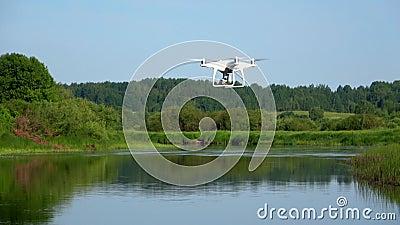 Quadrocopter sobre o rio Sorot Manhã de junho Região de Pskov, Rússia video estoque