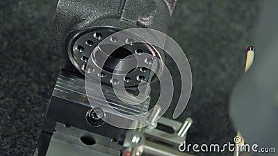 Qualitätskontrolle der Maschinenteilproduktion an der Fabrik Prüfung von Genauigkeit stock footage
