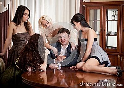 Fotografia stock: quattro donne graziose seducono un uomo