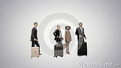 Quattro persone diverse con bordo informativo per il controllo bagagli in ritardo per il treno o l'aereo su sfondo sfumato video d archivio