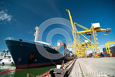 Quay crane and container ship