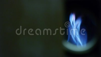 Queimador de gás natural - chamas azuis - fornalha ativa vídeos de arquivo
