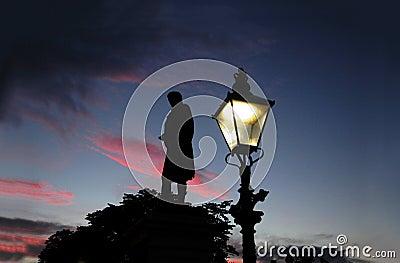 Quema el monumento en la puesta del sol en Aberdeen