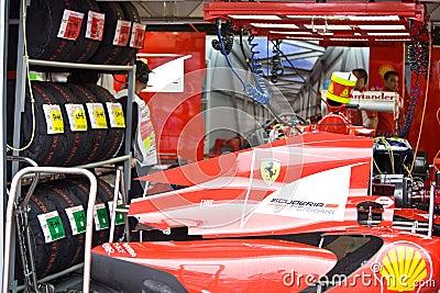 Équipe de Ferrari préparant le véhicule de Felipe Massaâs Image éditorial
