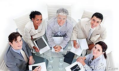 Équipe réussie d affaires ayant une séance de réflexion
