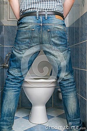 quipez le pipi dans la cuvette des toilettes dans les toilettes du dos photo stock image. Black Bedroom Furniture Sets. Home Design Ideas